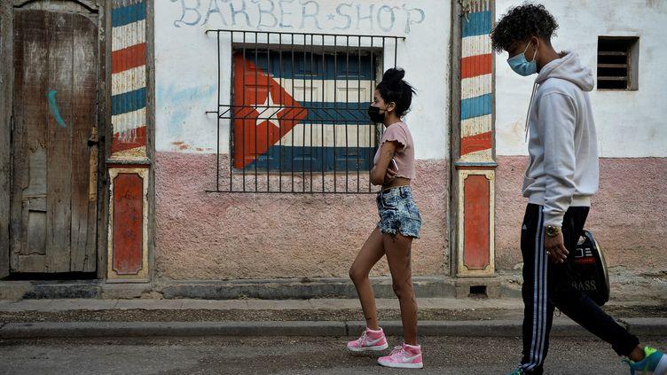 Des jeunes Cubains dans la rue à La Havane, en février 2021. (YAMIL LAGE / AFP)