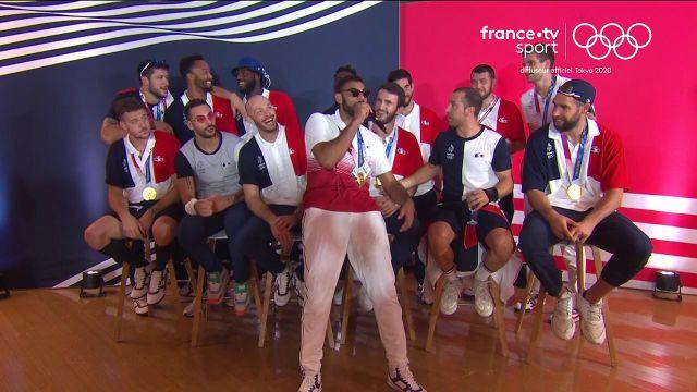 La nuit a été longue pour les équipes de France de handball et de volley qui semblent avoir fêté dignement leur titre olympique.