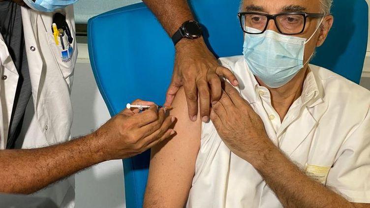 Le Dr Bruno Jarrige, directeur médical de la crise Covid en Guadeloupe, se fait vacciner le 9 janvier 2021. (Eddy Golabkan EDDY GOLABKAN / GUADELOUPE LA 1ERE)