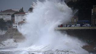 Les vagues submergent la Corniche, à Marseille (Bouches-du-Rhône), lundi 11 décembre 2017. (MAXPPP)