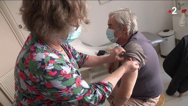 Vaccin contre le Covid-19 : le Pfizer bientôt disponible en pharmacie et chez les médecins