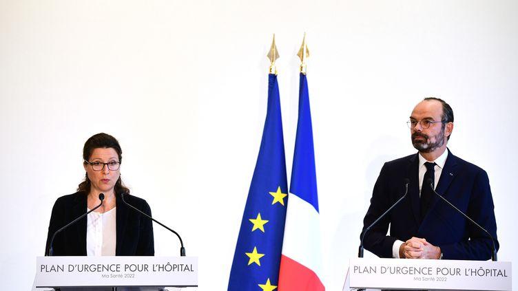 """La ministre de la Santé, Agnès Buzyn, et le Premier ministre, Edouard Philippe, présentent le """"plan d'urgence"""" pour l'hôpital public, le 20 novembre 2019 à Paris. (MARTIN BUREAU / AFP)"""