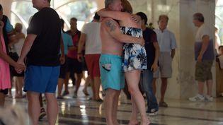 Des touristes choqués, vendredi 26 juin, après l'attaque terroriste qui a visé un hôtel de Sousse (Tunisie). (FETHI BELAID / AFP)