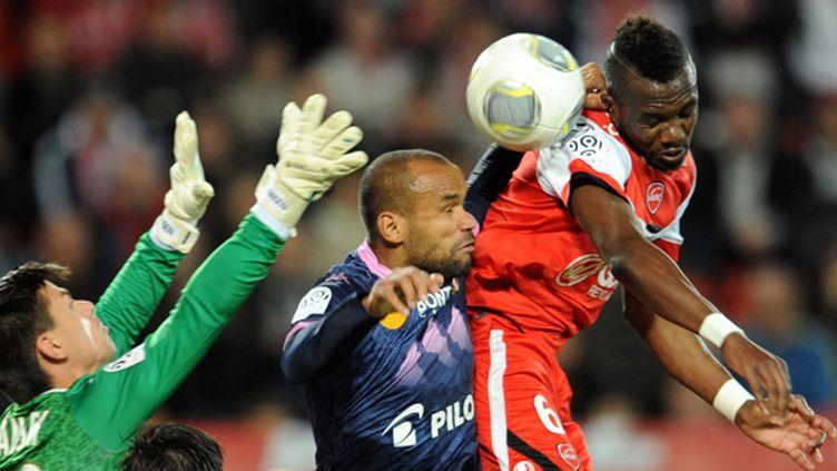 Le Valenciennois Doumbia, à la tête avec Angoula et Hansen.  (FRANCOIS LO PRESTI / AFP)