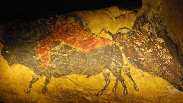 Copie de la peinture des bisos adossés, vieille de 17.000 ans... L'exposition Lascaux 3 à Chicago (19/03/2013)  (Mira Oberman / AFP)