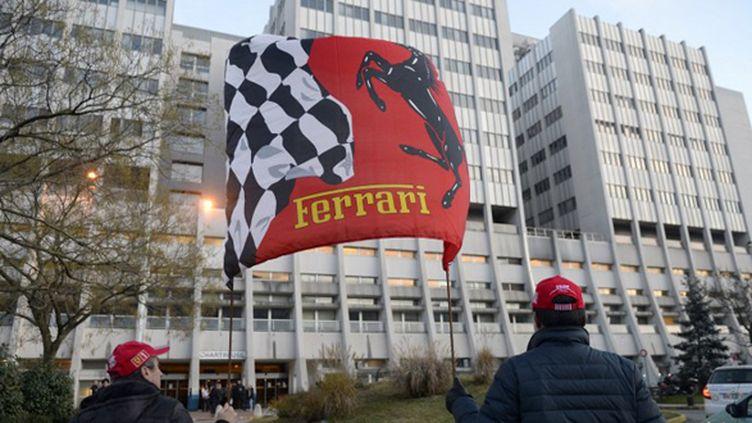 Des fans de Schumacher devant l'hôpital de Grenoble (PHILIPPE DESMAZES / AFP)
