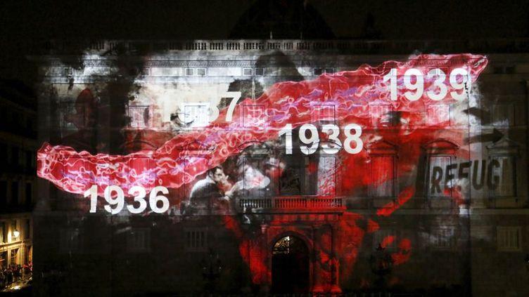 Barcelone (Espagne), le 9 septembre 2015. Projection d'images sur une façade, commémorant la guerre civile espagnole.  (REUTERS/Gustau Nacarino)
