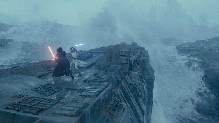 Un combat oppose Kylo Ren, interprété par Adam Driver, à Rey, jouée par Daisy Ridley. (2019 Lucasfilm. Ltd. & TM. All Rights Reserved.)