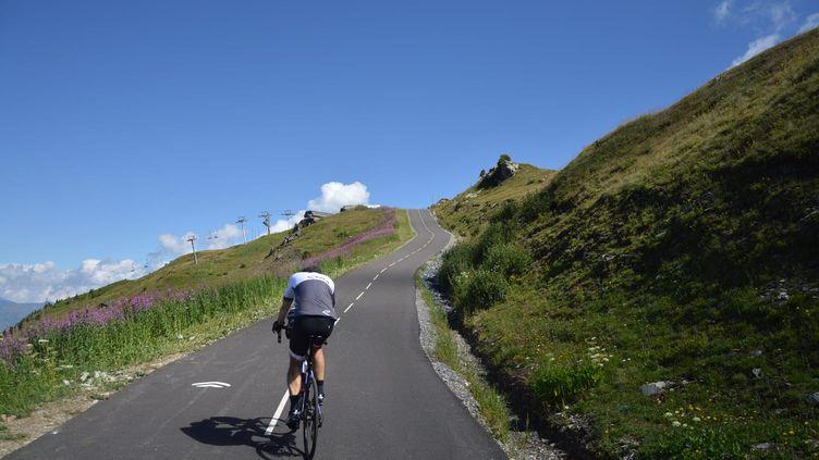 """Un """"cyclo"""" dans le col de la Loze (Savoie), qui sera la 17e étape du Tour de France 2020. (VICTOR VASSEUR / RADIO FRANCE)"""