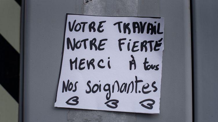 Un message de soutien aux soignants accroché à l'entrée d'un hôpital parisien, le 20 mars 2020. (JULIETTE PAVY / HANS LUCAS)