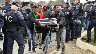 Des migrants évacués du camp de Calais ( Pas-de-Calais), le 24 octobre 2016. (PHILIPPE HUGUEN / AFP)