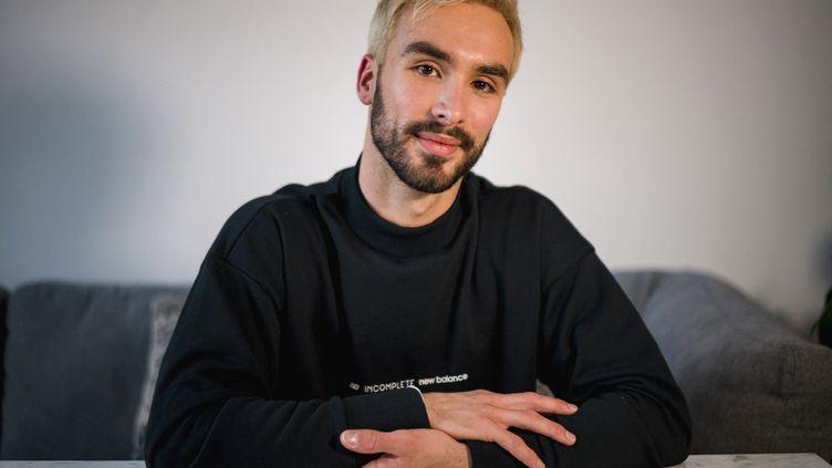 Guillaume Cizeron, le patineur français, le 30 avril 2021 dans son appartement de Montréal. (ANDREJ IVANOV / AFP)