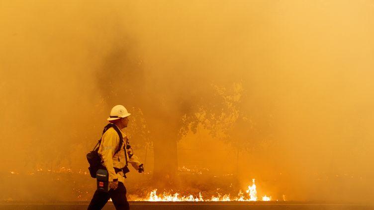 Un pompier à Fairfield (Californie), le 19 août 2020. (JOSH EDELSON / AFP)