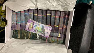 Une boîte contenant une importante somme d'argent saisie dans le cadre de l'opération Bouclier de Troie, révélée le 8 juin 2021 par la police néo-zélandaise. (NZ POLICE / AP / SIPA)