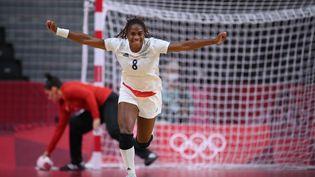La joie de la capitaine tricolore, Coralie Lassource, contre le Brésil lors du dernier match de la phase des poules du tournoi olympique, lundi 2 août. (FRANCK FIFE / AFP)