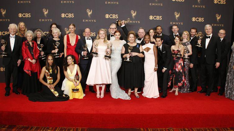 """L'équipe de """"La Servante écarlate"""" pose avec ses Emmy, le 17 septembre 2017. (LUCY NICHOLSON / REUTERS)"""