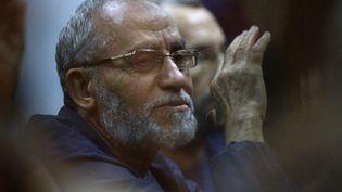 Le Guide suprême des Frères musulmans, Mohamed Badie, lors de son procès au Caire (Egypte), le 18 août 2014. (AHMED RAMADAN / ANADOLU AGENCY / AFP)