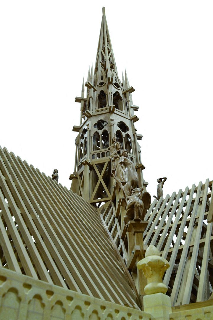 La maquette, entièrement sculptée, s'élève à plus de 4 mètres de haut. (AFP PHOTO / FEDERATION COMPAGNONNIQUE ANGLET / CANNELLE BERTHELOT)