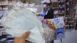 Des masques à la vente dans un supermarché, le 29 avril 2020. (JEAN-FRAN?OIS FREY / MAXPPP)