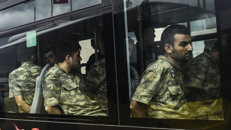 Des soldats arrêtésà Istanbul, le 20 juillet 2016. (BULENT KILIC / AFP)
