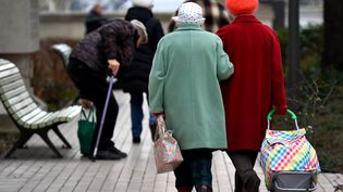 Des personnes âgées en train de faire du shopping à Vincennes, le 19 février 2018. (GERARD JULIEN / AFP)