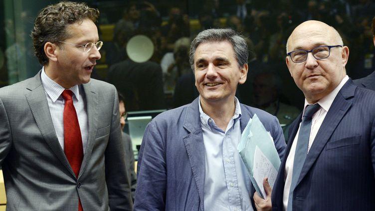 Leprésident de l'Eurogroupe Jeroen Dijsselbloem (à gauche), le ministre des Finances grec, Euclide Tsakalotos (au centre) et le ministre des Finances français, Michel Sapin, le 7 juillet 2015, à Bruxelles (Belgique), lors d'une réunion de l'Eurogroupe au sujet de la Grèce. (THIERRY CHARLIER / AFP)