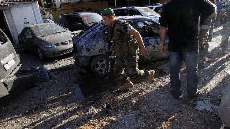 Les forces de sécurtés libanaises inspectent l'une des deux zones touchées par des roquettes dimanche 26 mai 2013, dans le sud de Beyrouth (Liban). (ANWAR AMRO / AFP)