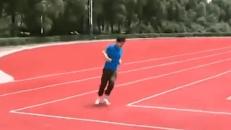 Le journaliste d'une télévision locale a essayé cette insolite piste d'athlétisme, dans la province duHeilongjiang (Chine). ( YOUTUBE / FRANCETV INFO )