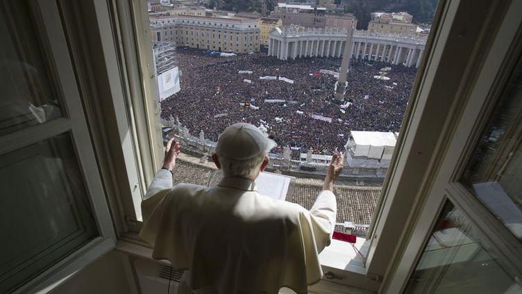 Le pape Benoît XVI prononce son dernier Angelus devant la place Saint-Pierre de Rome, au Vatican, le 24 février 2013. (OSSERVATORE ROMANO / REUTERS)