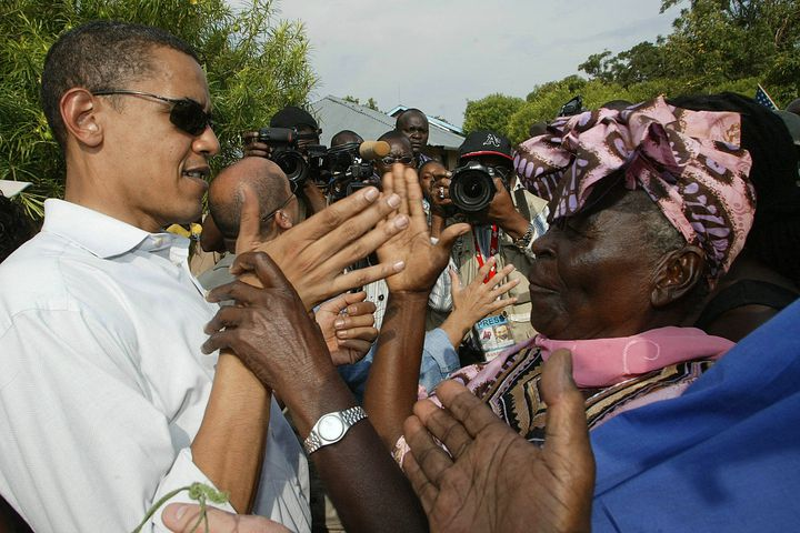 Barack Obama, alors sénateur, accueilli par sa grand-mère Sarah Obama, 82 ans, le 26 août 2006 à Kisumu, à 365 km à l'ouest de Nairobi. & Nbsp; (SIMON MAINA / AFP)