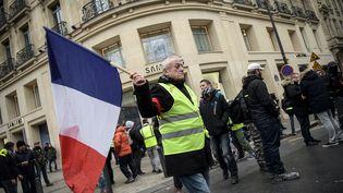 """Un""""gilet jaune"""" manifeste sur les Champs-Elysées à Paris, le 5 janvier 2019. (LUCAS BARIOULET / AFP)"""
