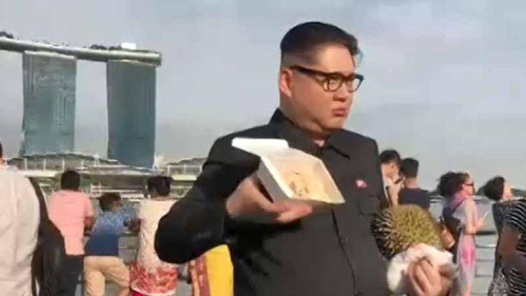 Le sosie de Kim Jong-un à Singapour (FRANCEINFO)