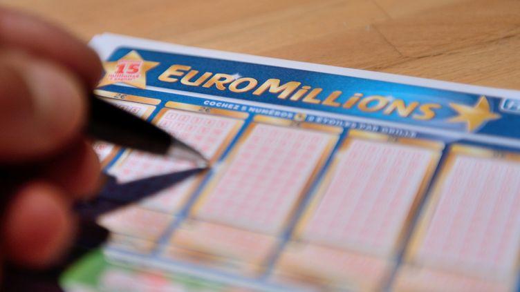 Un ticket d'Euro Millions, le 21 juin 2013 à Lille (Nord). (DENIS CHARLET / AFP)