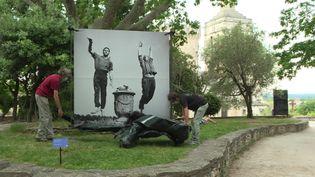 Jean-Pierre Darras et Philippe Noiret qui sautent devant le photographe Maurice Costa. ExpositionCôté Jardin, Jean Vilar et Avignon -Avignon 2021 (F. Renard / France Télévisions)