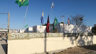 """Une inscription sur le mur d'une des maisons de la Vila Autodromo (Rio de Janeiro), le 13 août 2016 : """"arrêtez les expulsions, stop aux Jeux de l'exclusion ethnique et sociale"""" (PIERRE GODON / FRANCETV INFO)"""