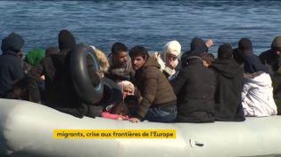 Des migrants arrivent en Grèce en canot (FRANCEINFO)