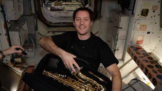 Thomas Pesquet a bien reçu son cadeau d'anniversaire de 39 ans, le 27 février 2017 : un saxophone ! (ESA/NASA)