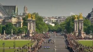 En hommage aux deux soldats morts pour la France, des centaines de citoyens français se sont regroupés aux Invalides pour suivre la cérémonie en direct. (FRANCE 2)