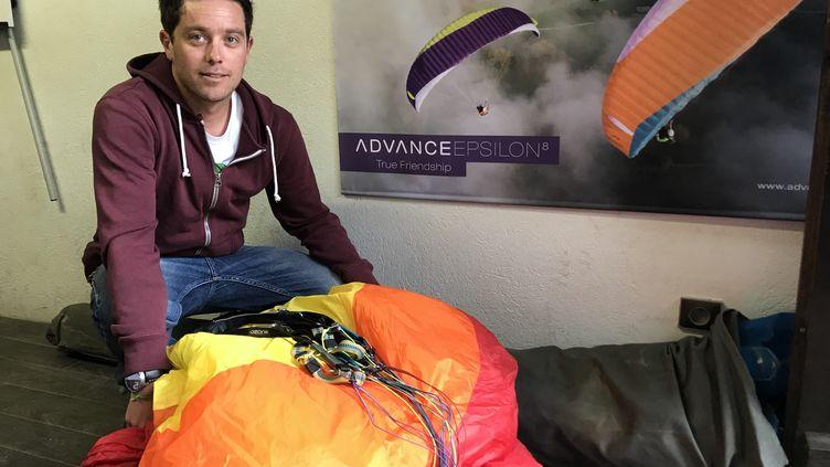 Geoffrey Vince, moniteur à Airlinks, l'école de vol libre du Grand-Bornand. (JÉRÔME VAL / FRANCE-INFO)