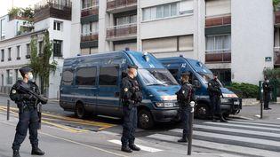"""Des policiers bloquent le périmètre autour de la rue Nicolas-Appert et du boulevard Richard-Lenoir, dans le 11e arrondissement de Paris, après une attaque à l'arme blanche qui a fait deux blessés près des anciens locaux de """"Charlie Hebdo"""", le 25 septembre 2020. (LAURENCE KOURCIA / HANS LUCAS / AFP)"""