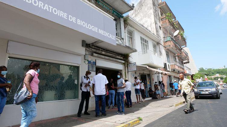 Un laboratoire d'analyses à Fort-de-France (Martinique), le 2 août 2021. (THOMAS THURAR / AFP)
