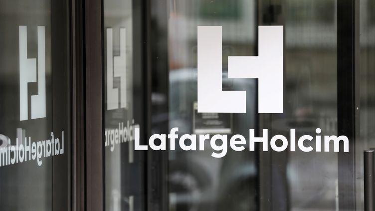 .Le logo du cimentier Lafarge au sigèe du groupe, à Paris, le 9 mars 2017. (THOMAS SAMSON / AFP)