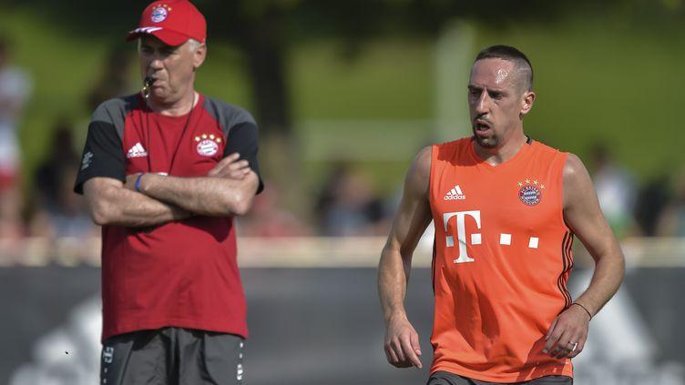 Carlo Ancelotti et Franck Ribery à l'entraînement (GUENTER SCHIFFMANN / AFP)
