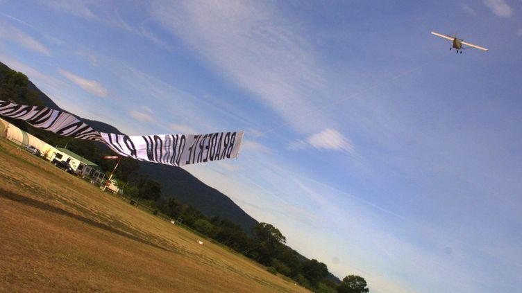 Un ULM décolle avec sa banderolepublicitaire, à Fréjus, dans le sud de la France. Photo d'illustration. (CEDRIC PACOURET / MAXPPP)