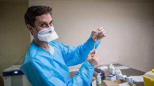 Un infirmier remplit les seringues de vaccin anti Covid-19 (Paris, le 22 Janvier 2021). (SADAK SOUICI / LE PICTORIUM / MAXPPP)