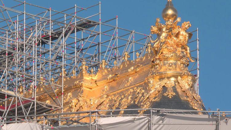 Le toit de la Chapelle royale et ses ornements de plombs redorés. (CAPTURE D'ÉCRAN FRANCE 3)