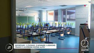 Trois jours après la rentrée, on compte déjà des fermetures de classes dans une vingtaine de départements après une série de tests positifs au Covid-19. (France 2)
