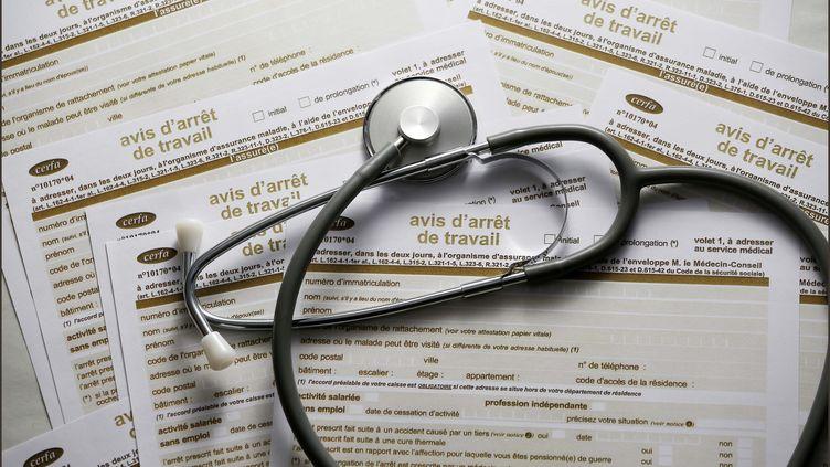 Des formulaires d'avis d'arrêt du travail et un stethoscope. Photo d'illustration. (LUC NOBOUT / MAXPPP)