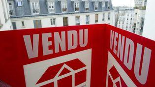 Un panneau d'agence immobilière dans le 20e arrondissement de Paris, le 17 janvier 2011. (A. GELEBART / 20 MINUTES / SIPA)