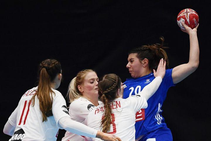 Laura Flippes pendant le match France - Danemark aux championnats du monde 2019. (CHARLY TRIBALLEAU / AFP)